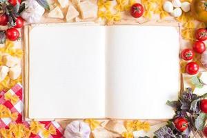 antigo livro de receitas em branco com ingredientes de comida italiana foto