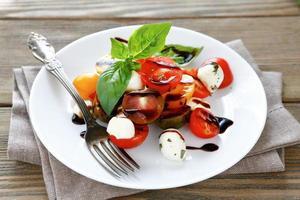 salada caprese com tomate cereja foto