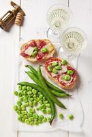 petiscos italianos. sanduíche de salame com queijo parmesão e largo bea foto