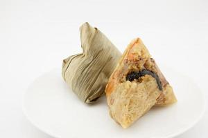 bolinho de massa pegajoso zongzi ou chinês foto