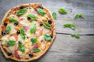 pizza na placa de madeira foto