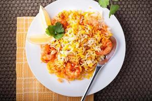 Biryani indiano com camarão foto
