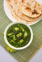 comida indiana espinafre ou palak paneer com roti, chapati, paratha foto