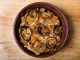 arroz com carne no prato foto