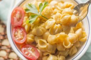 macarrão com queijo e concha