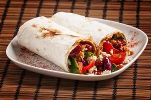 comida mexicana tradicional, burritos com carne e feijão, selectiv