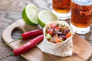 Burrito de frango com copos de cerveja
