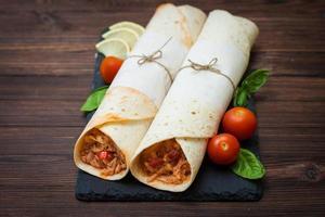 tortilla mexicana com frango, arroz, feijão e tomate foto