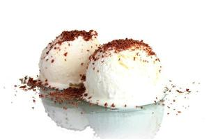 delicioso sorvete de baunilha com chocolate isolado no branco foto