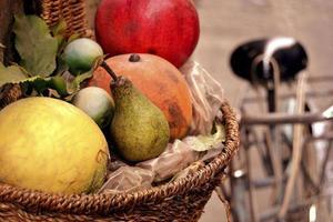 frutas em uma cesta foto