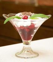 deliciosa tigela de sorvete de cereja foto