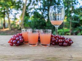 suco de uva em cima da mesa foto