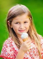 menina com sorvete foto