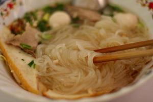receita de macarrão de arroz asiático. foto