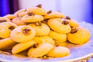 biscoitos de nozes, pilha de biscoitos foto