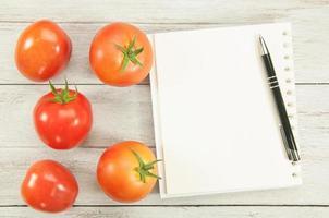 livro de receitas com ingredientes. foto