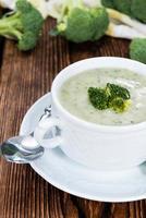 porção de sopa de brócolis foto