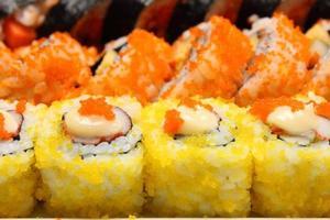 rolo de sushi de comida japonesa foto