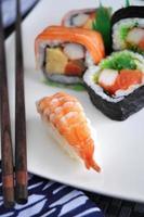 sushi de camarão no prato foto