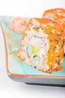 sushi maki da califórnia com masago e gengibre
