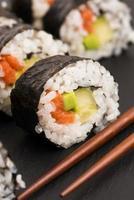 rolos de salmão servidos em um prato