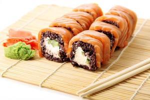 sushi com arroz preto foto