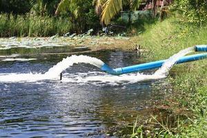 fluxo de águas residuais do tubo de água foto