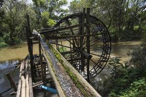 roda d'água de bambu, roda d'água foto
