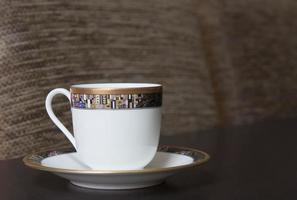 xícara de porcelana em pires