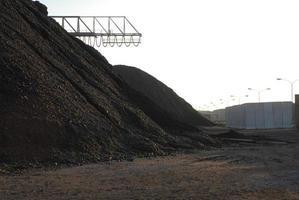 pilha de coca-cola de ferro ou pedras no porto foto