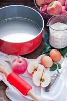 fazendo torta de maçã caseira foto