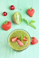 sobremesa em camadas de morango kiwi foto