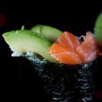 rolo de mão de salmão e abacate