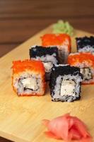 rolos de sushi tobico
