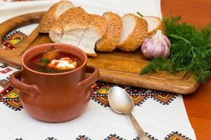 borsch ucraniano e pão foto