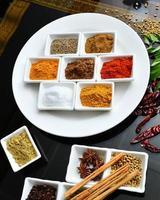 especiarias indianas e de cozinha foto