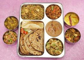 grupo de comida indiana ou thali do norte da Índia foto