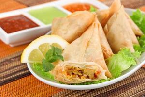 samosa de legumes com molho indiano foto