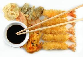 pauzinhos e tempura de legumes de camarão foto