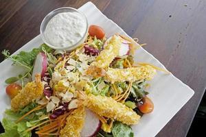 salada de legumes frescos com tempura no topo foto