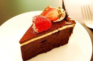 Suflê de chocolate com calda de chocolate foto