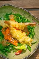 camarão tempura japonês fresco com salada foto