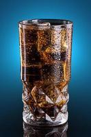cola fria em um copo foto