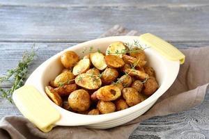 batatas fritas em peles foto
