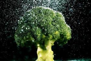 brócolis em fundo preto foto