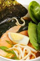 closeup de sopa de ramen de peixe foto