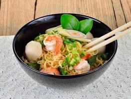 macarrão instantâneo quente e picante com camarão e legumes foto