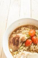 macarrão instantâneo frango grelhado ovo cozido cebola foto