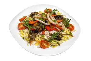 salada de lulas de arroz e legumes