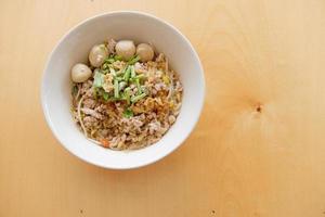 sopa de macarrão de porco foto